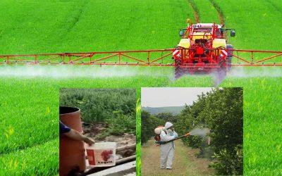 Traktor mit Feldspritze beim ausbringen von Pflanzenschutzmittel
